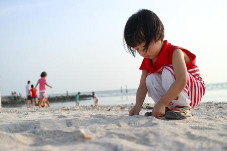 アジア中国の子供が遊んで砂 写真素材