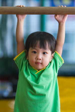 ni�os sanos: Asi�tica china Ni�a Gimnasia Foto de archivo