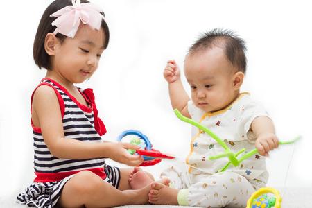 bambini cinesi: Due bambini cinesi asiatici che giocano nella sfondo bianco