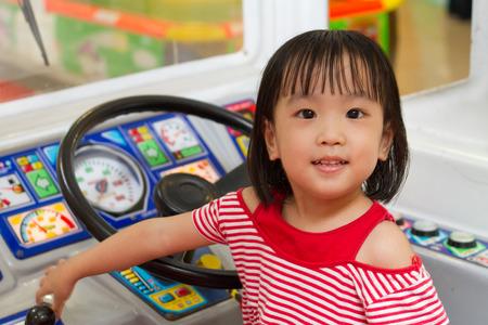 bus driver: Poco conductor de autob�s en China Asain zona infantil de juegos