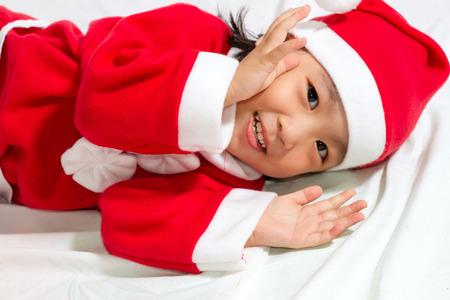 caras felices: Muchacha asiática de santa china en el fondo blanco