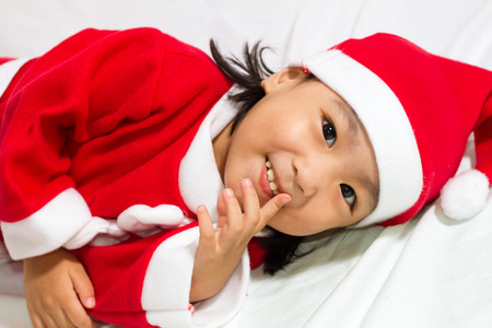 niños sonriendo: Asian Chinese santa girl in white background