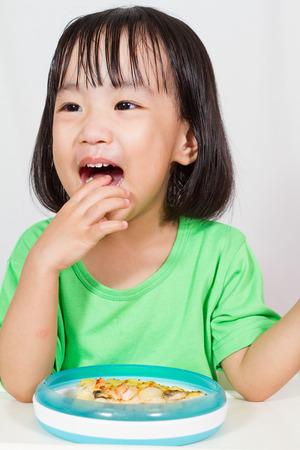 niños comiendo: Poco Asain chino que come la pizza en el fondo blanco