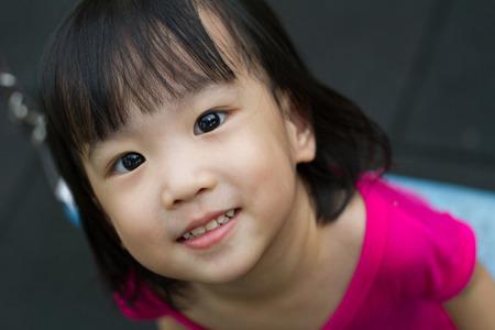 petite fille chinoise petite fille chinoise bat asiatique au parc en plein air banque