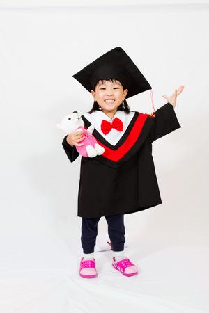 graduacion niños: Poca graduación de la muchacha china en el fondo blanco