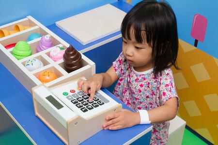 아이스크림 가게에서 아시아 중국 소녀 롤 플레잉.