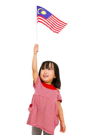 孤立した白い背景でマレーシアの国旗とアジア中国の子供。