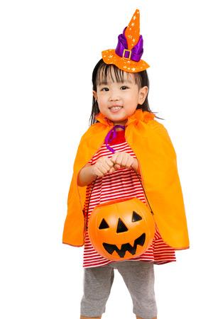 treats: Asiática china Niña celebrar Halloween foto de estudio.