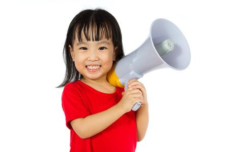 jolie fille: Portrait d'une jeune petite fille chinoise tenant un m�gaphone dans un fond blanc isol�.