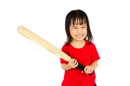 actitud: Retrato de una joven niña celebración bate de béisbol chino con expresión de enojo en el fondo blanco aislado. Foto de archivo