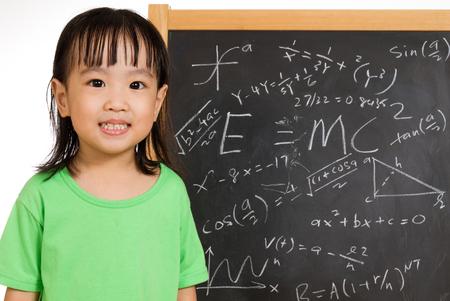 matematica: Niños chinos asiáticos againts pizarrón o pizarra con fórmulas en llanura de fondo blanco aislado.