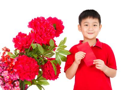 niños chinos: Asiático Niño pequeño que sostiene un sobre rojo aislado en el fondo blanco