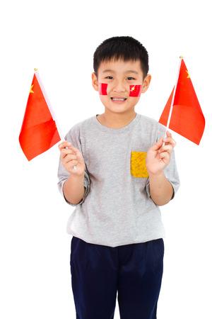 niños felices: China asiática del niño con la bandera de China en el fondo blanco aislado.