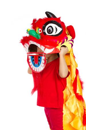 Niña asiática en León chino Custome de danza durante la celebración del Año Nuevo Chino en el fondo blanco Foto de archivo