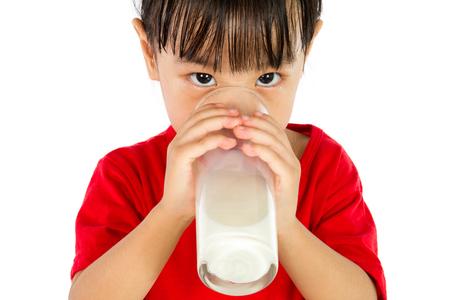 vaso de leche: Niña Asiática China Beber una taza de leche aislada en el fondo blanco