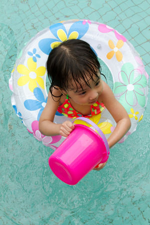 ni�as peque�as: Asian Little Chinese Girl Playing in Swimming Pool with Swimming Circle