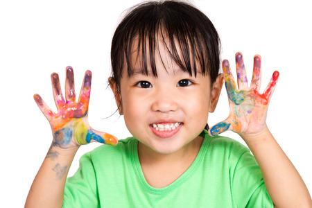 niños felices: Asiático jugar de la niña china y pintura aislado en el fondo blanco