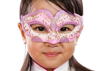 mignonne petite fille: Asian Little Girl chinoise portant un masque isolé sur blanc Bakground Banque d'images