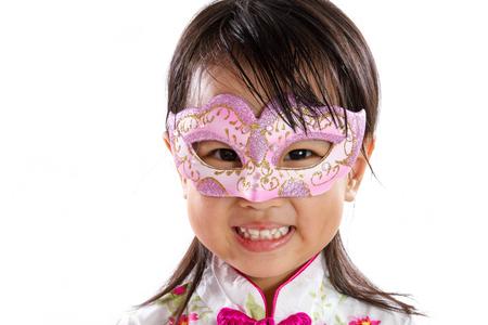 niños chinos: Niña asiática china con máscara aislada en blanco Bakground