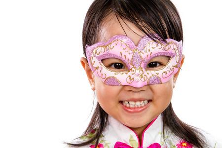 ni�as peque�as: Ni�a asi�tica china con m�scara aislada en blanco Bakground