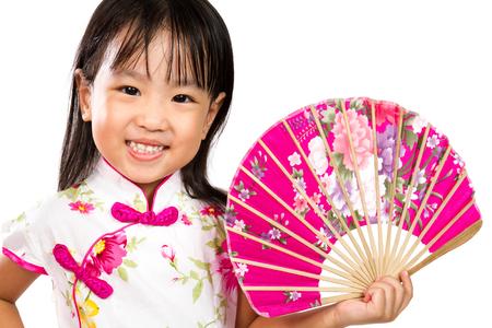 ni�as peque�as: Poco asi�tica china que sostiene el ventilador oriental aislado en blanco Bakground Foto de archivo