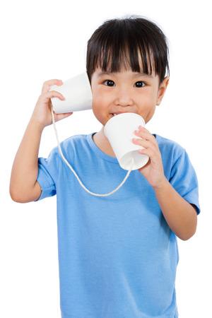 comunicação: Asian Menina chinesa Jogo com copos de papel isolado no fundo branco