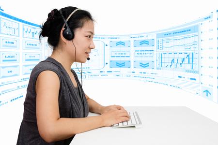 Mujer asiática con el auricular con teclado en fondo blanco aislado Foto de archivo