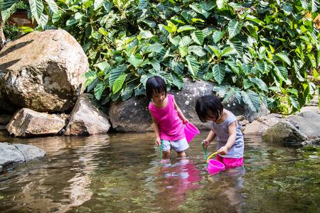 niñas chinas: Asiáticos niñas chinas que juegan en Cala en el bosque Foto de archivo
