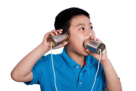 niños chinos: Asia muchacho chino que juega con el teléfono de lata aislado en el fondo blanco