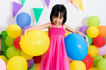 Nina Asiatica China Jugar Con Los Globos Coloridos En Juegos De