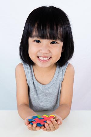 アジア小さな中国の少女再生カラフルなパズル分離ホワイト バック グラウンドで 写真素材