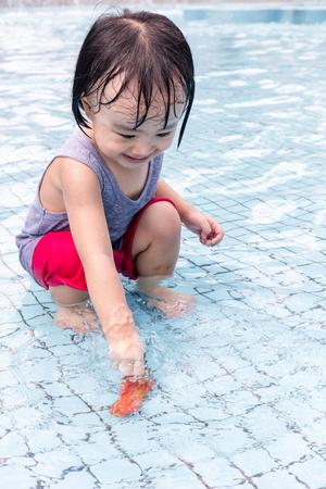 niñas chinas: Asiáticos chinos Niñas que juegan al aire libre Piscina