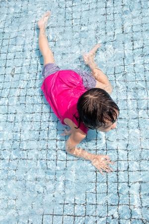 niñas chinas: Asian Chinese Little Girls Playing at Outdoor Swimming Pool