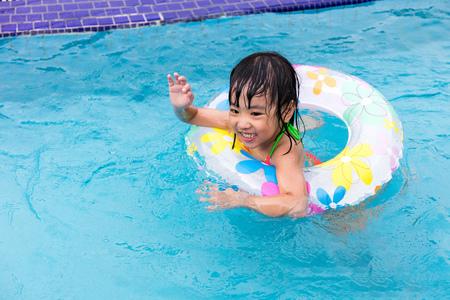 niñas chinas: Feliz asiáticos chinos niñas nadar en la piscina al aire libre Foto de archivo