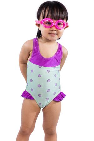 petite fille maillot de bain: Asiatique portrait chinois petite fille portant des lunettes et maillot de bain dans un fond blanc isolé