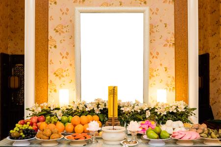 繁体字中国語嘆くホール空白のフォト フレームと花とフルーツのデコレーション。