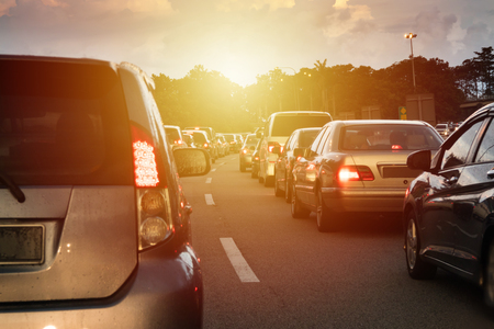 Zonsondergang verkeersjabloon in het midden van Maleisië North South Highway. Stockfoto - 75875707