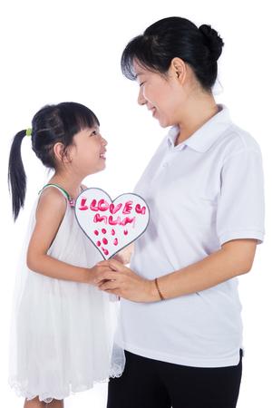 Aziatisch Little Chinese Girl viert moederdag met haar moeder in geïsoleerde witte achtergrond