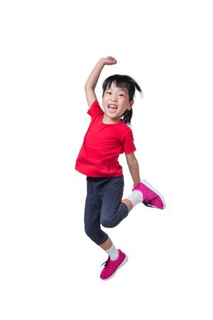 Aziatisch Chinees klein meisje springt op en zwaait haar handen in geïsoleerde witte achtergrond Stockfoto - 81502936
