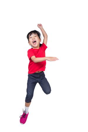 Aziatisch Chinees klein meisje springt op en zwaait haar handen in geïsoleerde witte achtergrond
