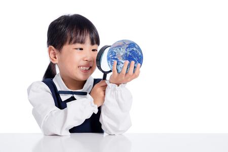 アジア小さな中国の女の子探してでグローブを虫眼鏡分離ホワイト バック グラウンドで 写真素材