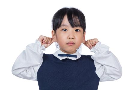アジアの中国の女の子が分離ホワイト バック グラウンドで彼女の耳を引っ張る 写真素材
