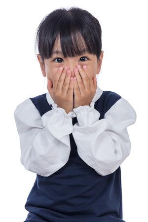 격리 된 흰색 배경에서 그녀의 얼굴을 취재하는 아시아 작은 중국 소녀 스톡 콘텐츠