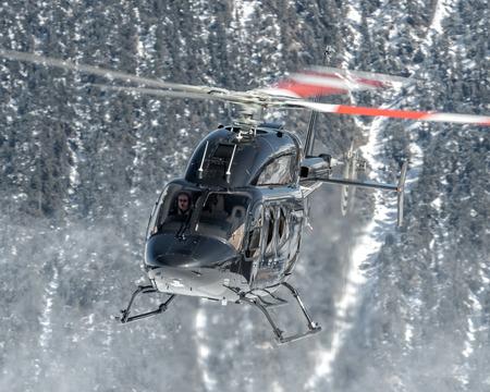 Atterrir à Courchevel Heliport et un élégant Bell 429 GlobalRanger Éditoriale