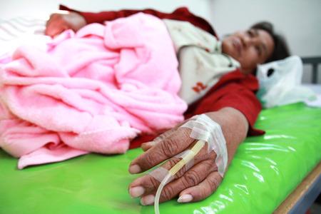 colera: paciente de la mujer en el hospital con una solución salina intravenosa iv