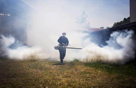 dengue: Fogging per prevenire la diffusione della febbre dengue Archivio Fotografico