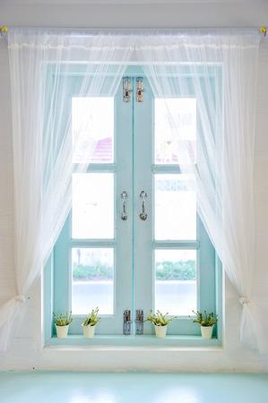 Vorhang durch ein Fenster Standard-Bild - 44160740
