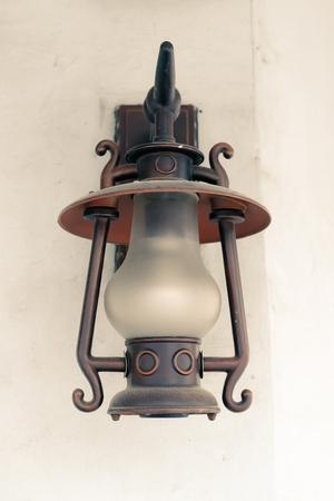 Öllampe in der Nacht auf einem hölzernen Oberfläche