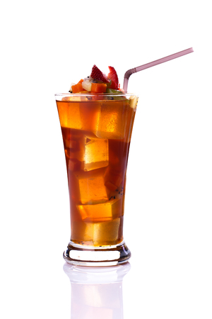 Getränke in Gläser und Eis isoliert