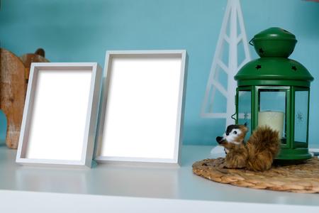 Fotorahmen auf Holztisch.